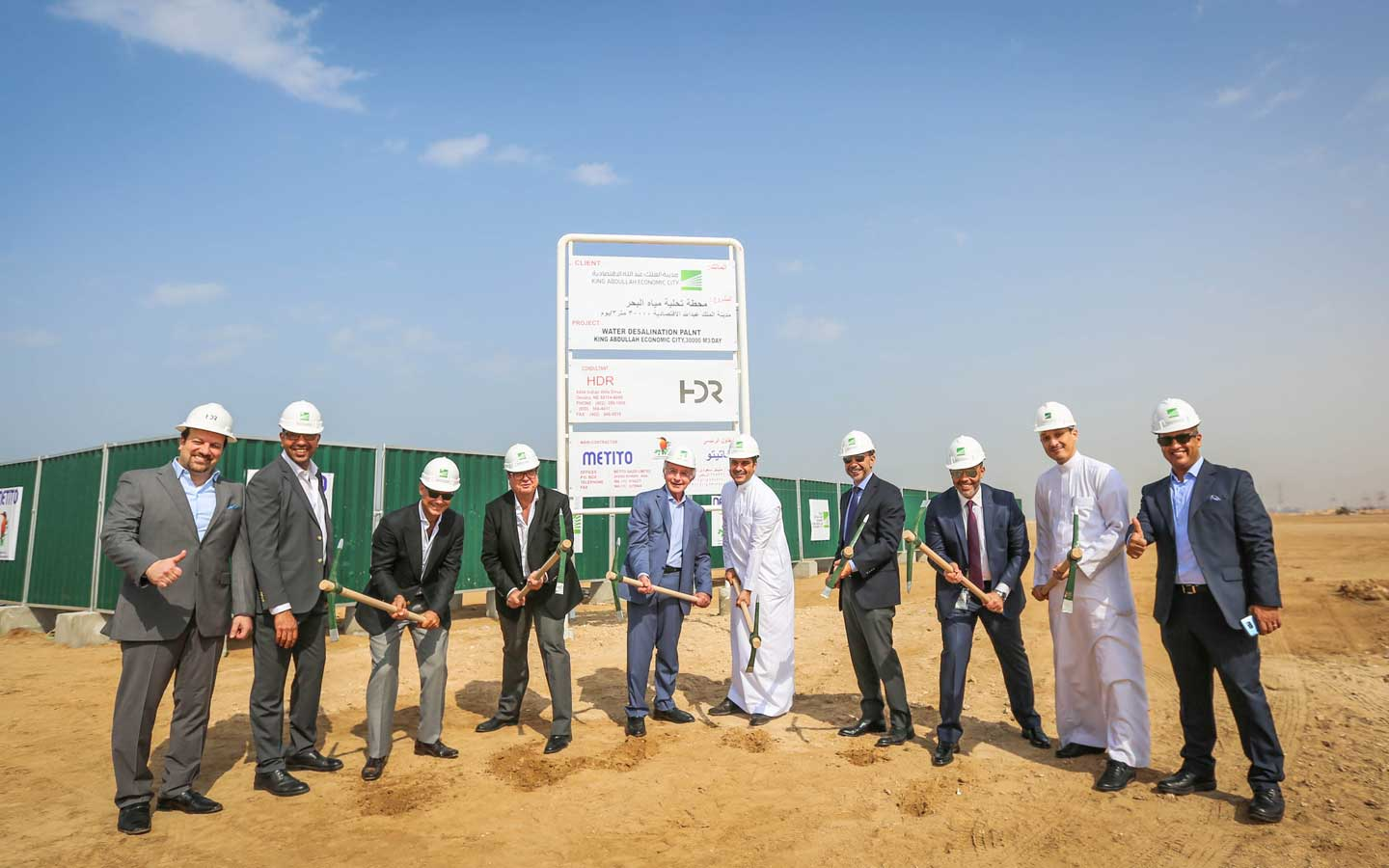 Mr. Ahmed Ibrahim Linjawy, KAEC Deputy Group Chief Executive Officer and Mr. Mutaz Ghandour, Metito Chairman and CEO, laying the foundation stone for the seawater desalination plant powered by solar energy in King Abdullah Economic City, joined by representatives from both parties and members of the project management team